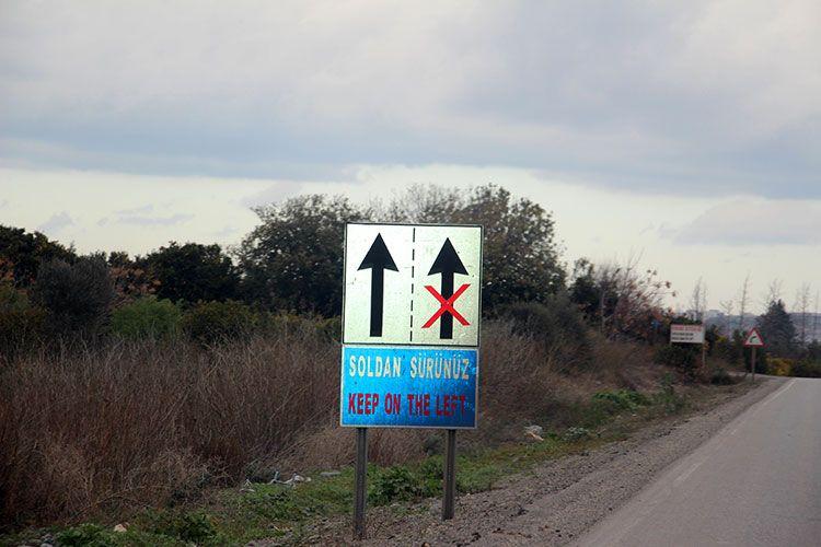 Знаки, напоминающие о левостороннем движении