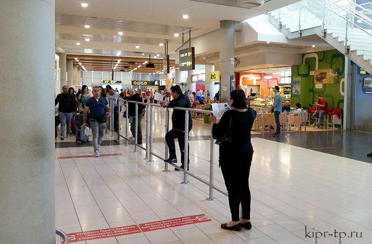 Водитель с табличкой встретит в зале прибытия аэропорта Ларнака