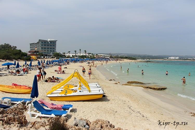 Пляж Макрониссос (Makronissos Beach)