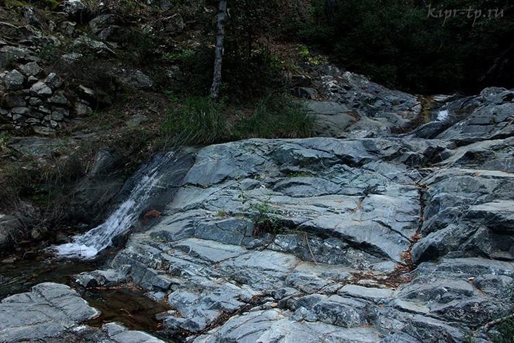 Река Меса Потамос и водопадик