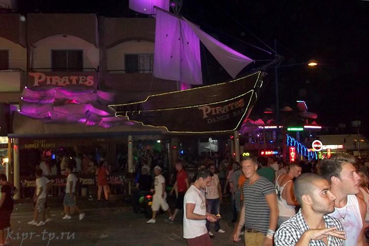 Район баров ночью – жизнь бьёт ключом